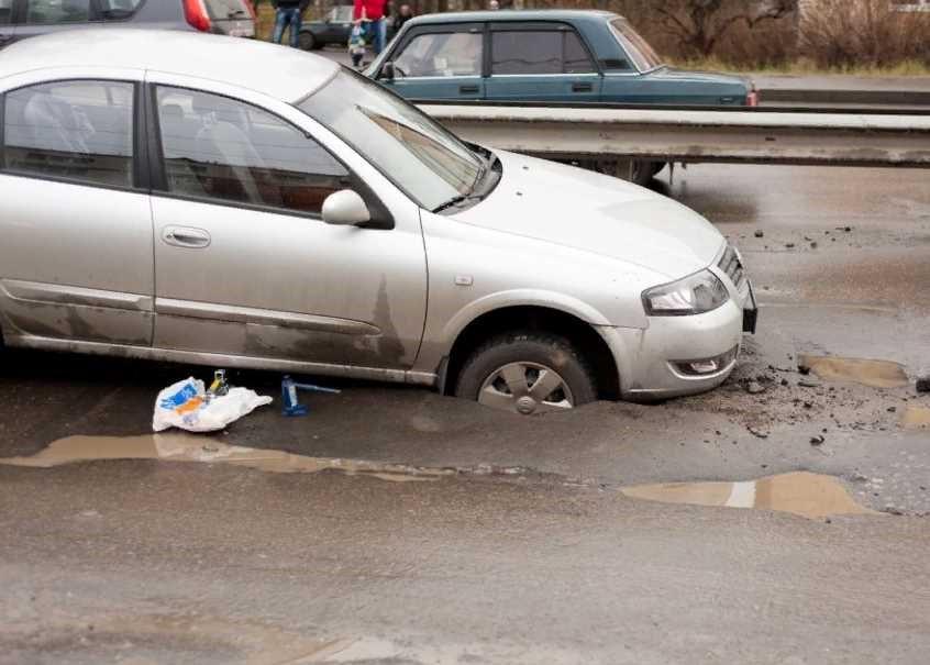 ДТП по причине недостатков дорожного покрытия (наличия на дороге ямы, выбоины)