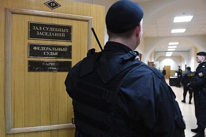 Россиянин в зале суда воткнул себе в шею нож и ранил пристава