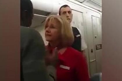 Авиапассажир оттолкнул стюардессу ударом в лицо и попал на видео