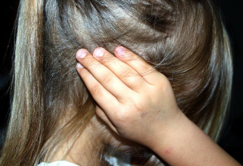 Россиянка избивала дочь за неровный почерк