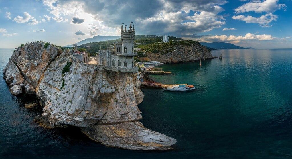 Крым,это сказка! Найдешь много интересного,отдохнешь и получишь массу положительных эмоций!